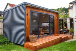 Záhradná dreveno-kovová kancelária s terasou a schodíkmi